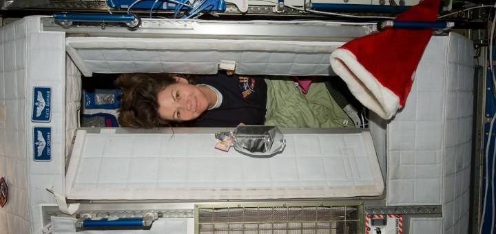 Cady Coleman nel suo alloggio sulla ISS. Fonte: NASA