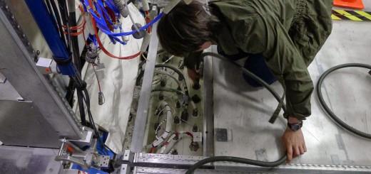 Samantha Cristoforetti si addestra a riconfigurare un circuito dell'acqua di raffreddamento nel mockup della ISS al JSC. Fonte: Samantha Cristoforetti