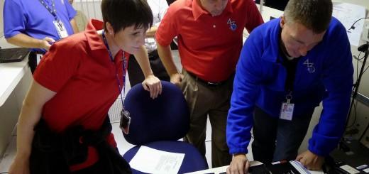 Samantha Cristoforetti, Anton Shkaplerov e Terry Virts a una simulazione di controllo d'assetto della ISS al JSC. Fonte: Josh Matthew