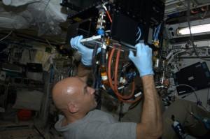 Luca Parmitano installa l'esperimento FASES