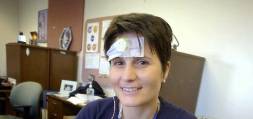 Samantha Cristoforetti al JSC con dei sensori biomedici per l'esperimento ESA Ritmi Circadiani. Fonte: Samantha Cristoforetti