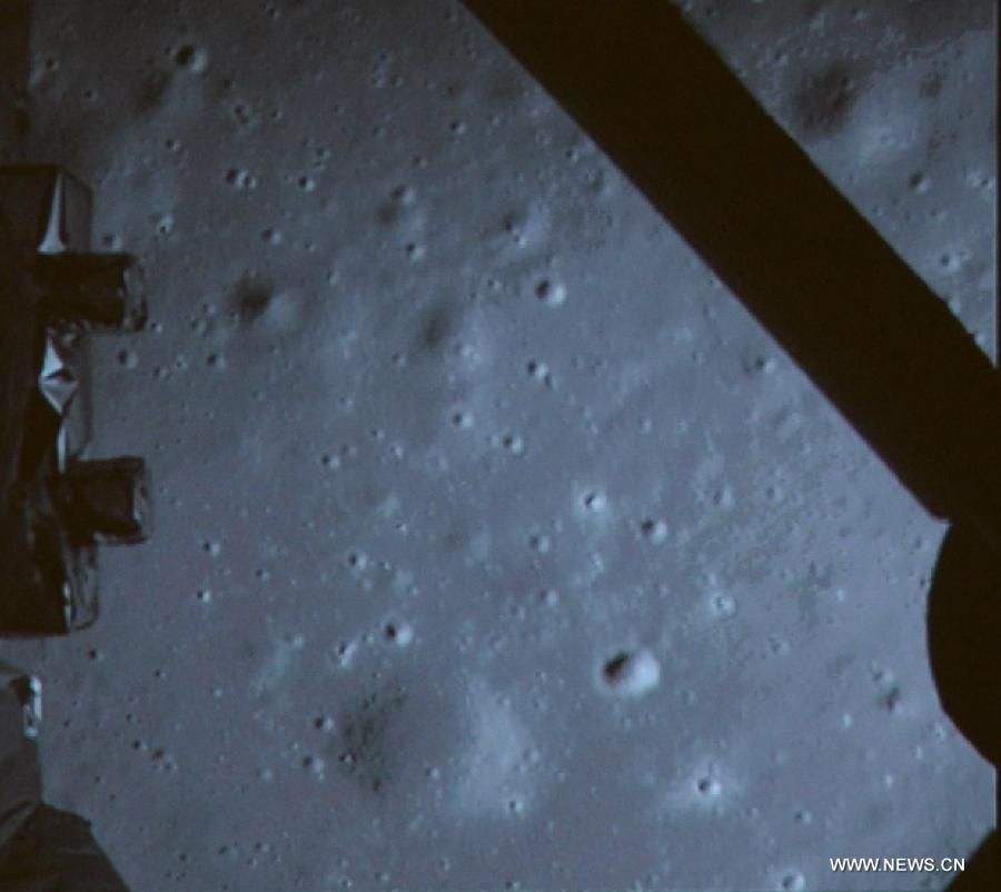 Il suolo lunare ripreso da Chang'e 3 durante la fase di discesa. Credit: Xinhua.