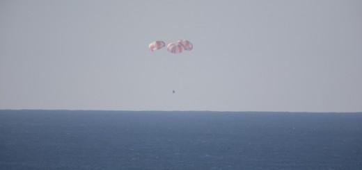 La capsual Dragon appesa ai tre paracadute principali del test di dicembre 2013. Credit: NASA/Kim Shiflett