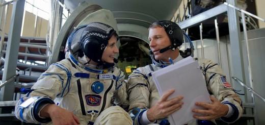 Samantha Cristoforetti e Terry Virts in tuta Sokol davanti al simulatore Soyuz a Star City. Fonte: Gagarin Cosmonaut Training Center