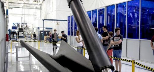 Il primo stadio del Falcon 9 verrà allestito con le landing legs che si apriranno dopo lo staging per permettere al razzo un soft landing. Le quattro gambe sono costruite in fibra di carbonio allo stato dell'arte con una struttura a nido d'ape in alluminio. Posizionate simmetricamente attorno alla base del razzo, esse sono ripiegate lungo la parete del veicolo durante il liftoff e di seguito si estendono in vista dell'atterraggio. (C) SpeceX.