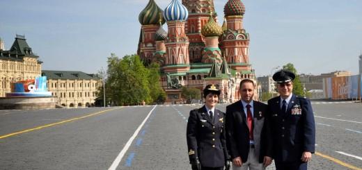 L'equipaggio di backup della Soyuz TMA-13M sulla Piazza Rossa dopo aver reso omaggio ai pionieri dello spazio: Samantha Cristoforetti, Anton Shkaplerov e Terry Virts. Credit: NASA