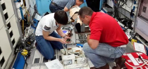 Samantha Cristoforetti e l'equipaggio della Soyuz TMA-15M si addestrano alla CPR nel mockup della ISS al JSC. Credit: Samantha Cristoforetti