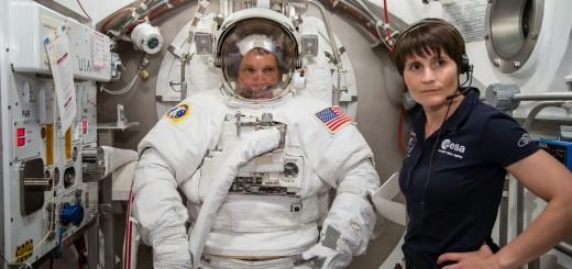 Samantha Cristoforetti assiste Terry Virts per una sessione in camera a vuoto al JSC. Credit: NASA