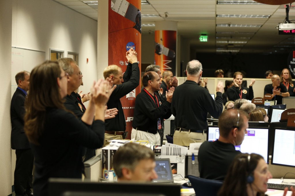 IL team di controllo di MAVEN festteggia l'avvenuta immissione in orbita di Marte. Credit: Lockheed Martin.