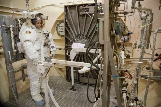 [IMG]http://www.astronautinews.it/wp-content/uploads/2014/10/7-jsc2014e084527-620x412.jpg[/IMG]