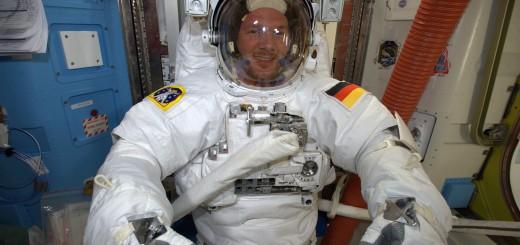Alexander Gerst mentre prova la tuta spaziale Credits: ESA
