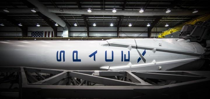 Il vettore Falcon 9 per il lancio Orbcomm9 nell'hangar. Image Credit: SpaceX