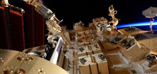 Il satellite SpinSat prima del rilascio con il braccio robotico del JEM. Credit: ESA/NASA