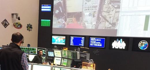 Maksims Baklanenko, alla console del direttore di volo, supporta l'installazione dell'esperimento PK-4 nel modulo Columbus