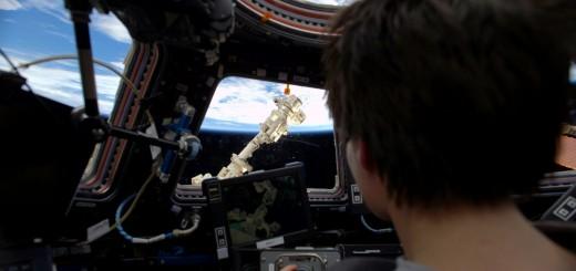 Samantha Cristoforetti si esercita con il braccio robotico della ISS per l'arrivo di Dragon. Credit: ESA/NASA