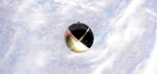 SpinSat si allontana dalla ISS dopo il suo rilascio Credit: NASA