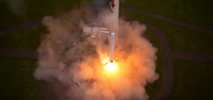 Il razzo riutilizzabile Falcon 9R, durante un test di decollo e atterraggio verticale. Credit: SpaceX