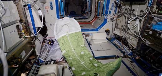 Il sacco a pelo di Samantha Cristoforetti nel Laboratorio Destiny la notte dell'allarme ammoniaca sulla ISS. Credit: ESA/NASA