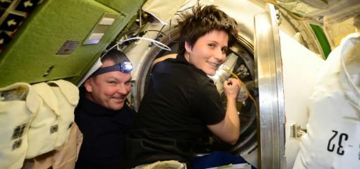 Samantha Cristoforetti e Aleksandr Samokutyayev chiudono il portello di ATV-5. Credit: ESA/NASA