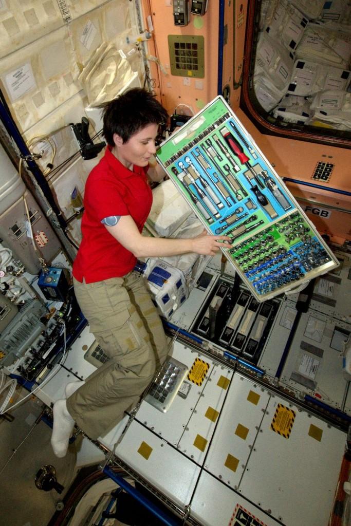 Samantha Cristoforetti con un cassetto di attrezzi lavora alla riconfigurazione dei condotti di ventilazione del Nodo 3. Credit: ESA/NASA