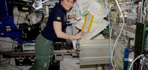 Samantha Cristoforetti aon alcune attrezzature di laboratorio per la ricerca sull'uomo. Credit: ESA/NASA
