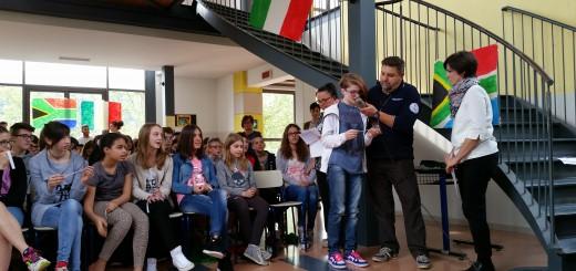 Gli studenti della Scuola Secondaria di I grado di Caprino Bergamasco (BG) durante il contatto con Samantha Cristoforetti. (Immagine di Luca Frigerio)