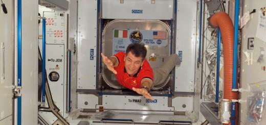 """Paolo Nespoli all'interno del Nodo 2 """" Harmony"""" appena installato sulla ISS (STS-120)."""