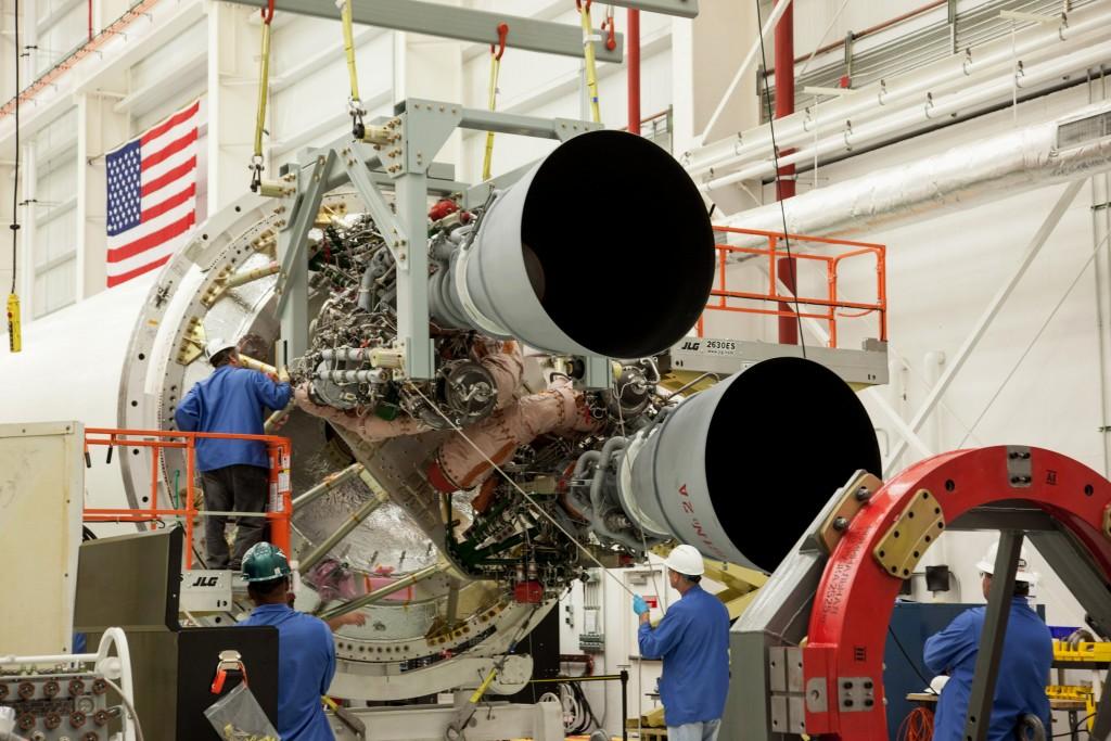 Second cargo Cygnus sur Atlas V 401 AntaresRD181_Install-1024x683