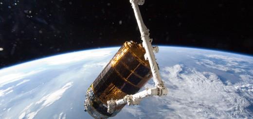 Il Canadarm2 dell'ISS mentre cattura l'HTV-3 il 27 Luglio del 2012. (C) NASA.