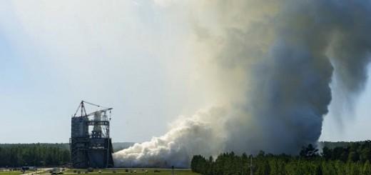 Test di accensione di RS-25 allo Stennis Space Center (NASA)