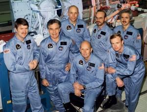 L'equipaggio della missione STS-51-F: (inginocchiati da sinistra a destra) Gordon Fullerton, comandante, e Roy D. Bridges, pilota; (in piedi, da sinistra a destra) specialisti di missione Anthony W. England, Karl G. Henize e F. Story Musgrave; specialisti del carico Loren W. Acton e John-David F. Bartoe. Credits: NASA