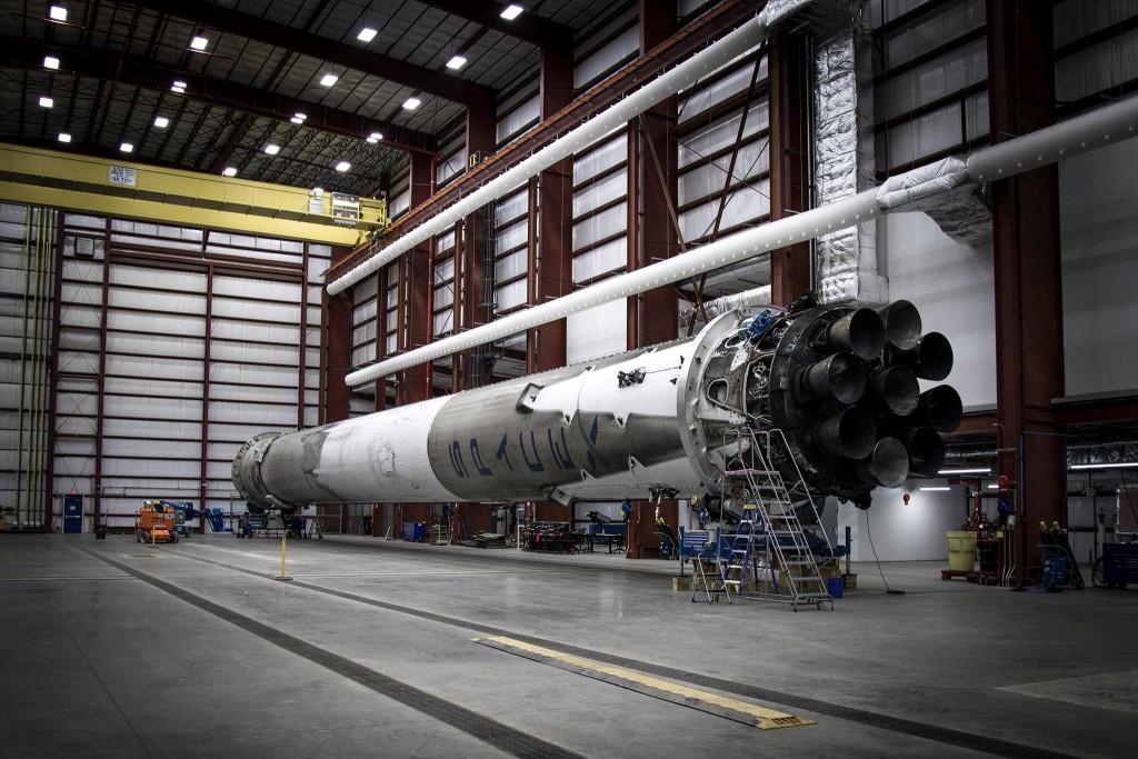 Lo stadio atterrato ispezionato nell'hangar di SpaceX presso LC 39A