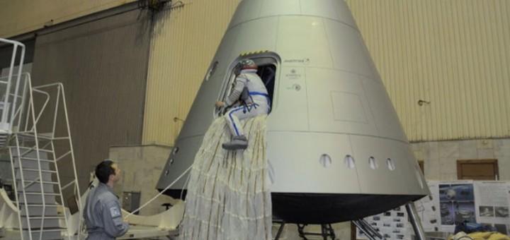 "Test di uscita di emergenza dal  mockup della capsula PTK-NP ""Federacija"". Credits: Energia"