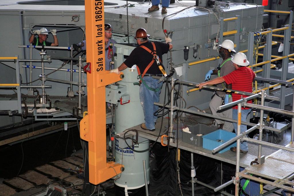 Marzo 2015: Installazione di un nuovo cilindro del sistema JEL. Credits: Nasa