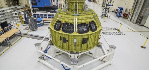 Il pressure vessel di Orion appena collocato sulla struttura di test. (C) Photo: NASA/Radislav Sinyak