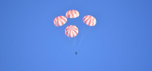 Prova di dispiegamento dei quattro paracadute principali di Dragon V2 sopra il deserto dell'Arizona.