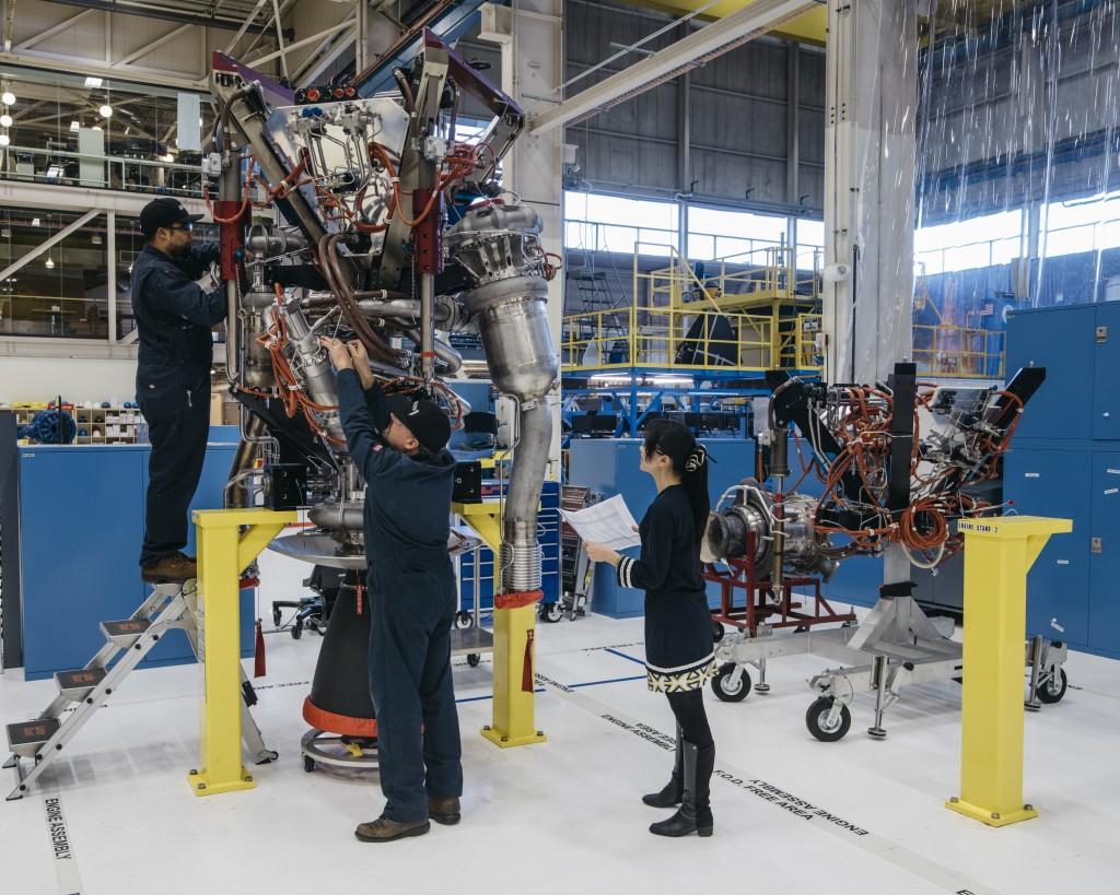 Tecnici al lavoro sul propulsore BE-3 del New Shepard 3. Credit: Blue Origin