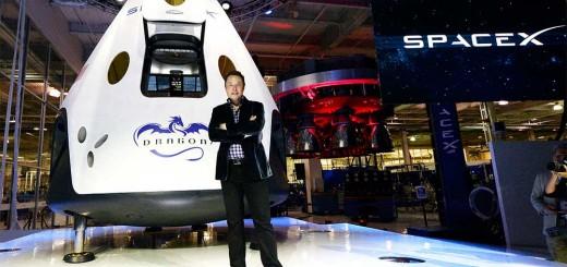 Elon Musk davanti alla capsula Dragon V2. Credit: SpaceX