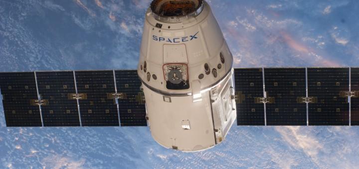 Una capsula Dragon nei pressi della ISS fotografata dall'equipaggio della Expedition 39 il 20 aprile 2014. Credit: NASA