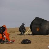 I tecnici cinesi recuperano la capsula Shijian 10 Credit: Xinhua/Chen Junqing